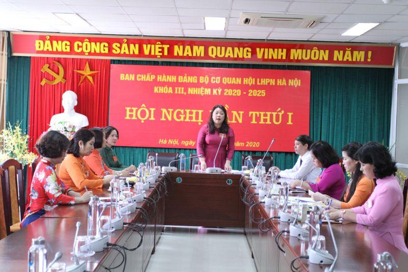 Đồng chí Nguyễn Thị Thu Thủy -Bí thư Đảng ủy cơ quan Hội LHPN Hà Nội nhiệm kỳ 2020-2025 hội ý Ban chấp hành khóa mới.