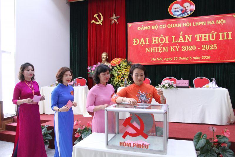 Bỏ phiếu bầu đại biểu dự Đại hội Đảng bộ cấp trên.