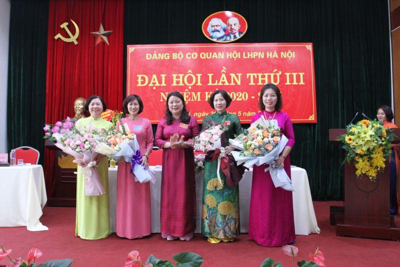 Đồng chí Nguyễn Thị Thu Thủy, Bí thư Đảng ủy khóa mới tặng hoa chia tay các đồng chí ủy viên BCH Đảng ủy nhiệm kỳ 2015-2020 không tiếp tục tái cử.