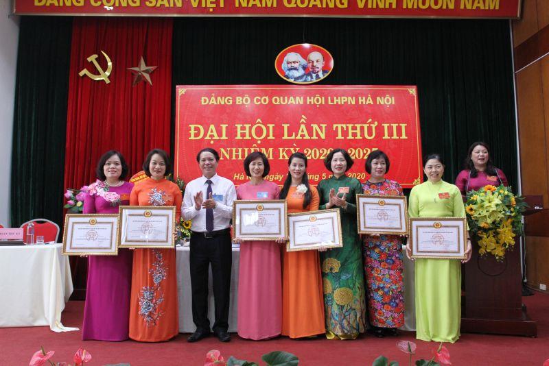 Đồng chí Nguyễn Đức Thành - Phó Bí thư Đảng ủy khối các cơ quan TP Hà Nội trao bằng khen cho các tập thể, cá nhân có thành tích xuất sắc trong nhiệm kỳ 2015-2020.