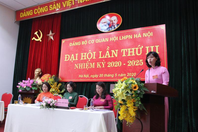 Đồng chí Nguyễn Hiền Thúy - Ủy viên BCH Đảng ủy, Chánh Văn phòng Hội LHPN Hà Nội trình bày Dự thảo Nghị quyết đại hội.