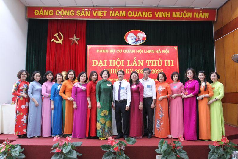 Các đồng chí lãnh đạo Đảng ủy Khối các cơ quan thành phố chụp ảnh lưu niệm với Ban chấp hành Đảng ủy cơ quan Hội LHPN Hà Nội.