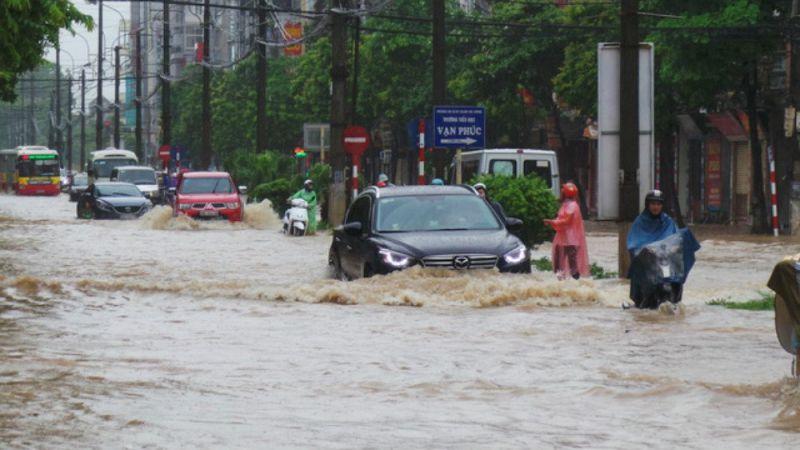 Hà Nội mênh mông nước ngập do mưa lớn dai dẳng