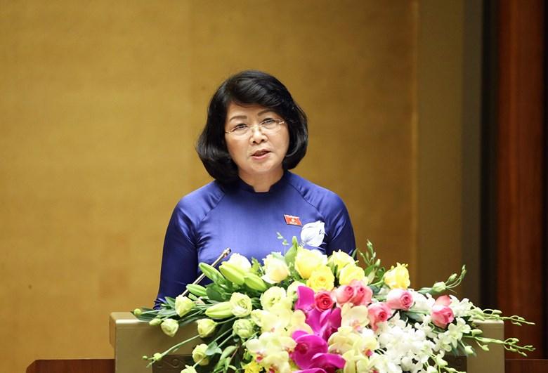 Phó Chủ tịch nước Đặng Thị Ngọc Thịnh trình bày Tờ trình của Chủ tịch nước đề nghị Quốc hội phê chuẩn EVFTA.