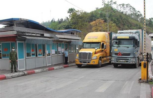 Phương tiện chuẩn bị xuất khẩu hàng hóa qua cửa khẩu quốc tế Hữu Nghị, Lạng Sơn.