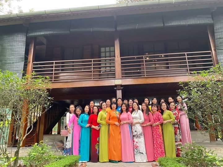 Đoàn Hội LHPN quận thăm quan Nhà sàn Bác Hồ