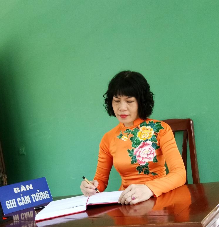 Tại Lễ dân hương, đồng chí Trịnh Thị Huệ- Chủ tịch Hội LHPN quận đã thay mặt đoàn viết những dòng cảm tưởng và xin hứa các cấp Hội LHPN quận Hoàn Kiếm nguyện suốt đời học tập và làm theo tư tưởng, đạo đức, phong cách Hồ Chí Minh.