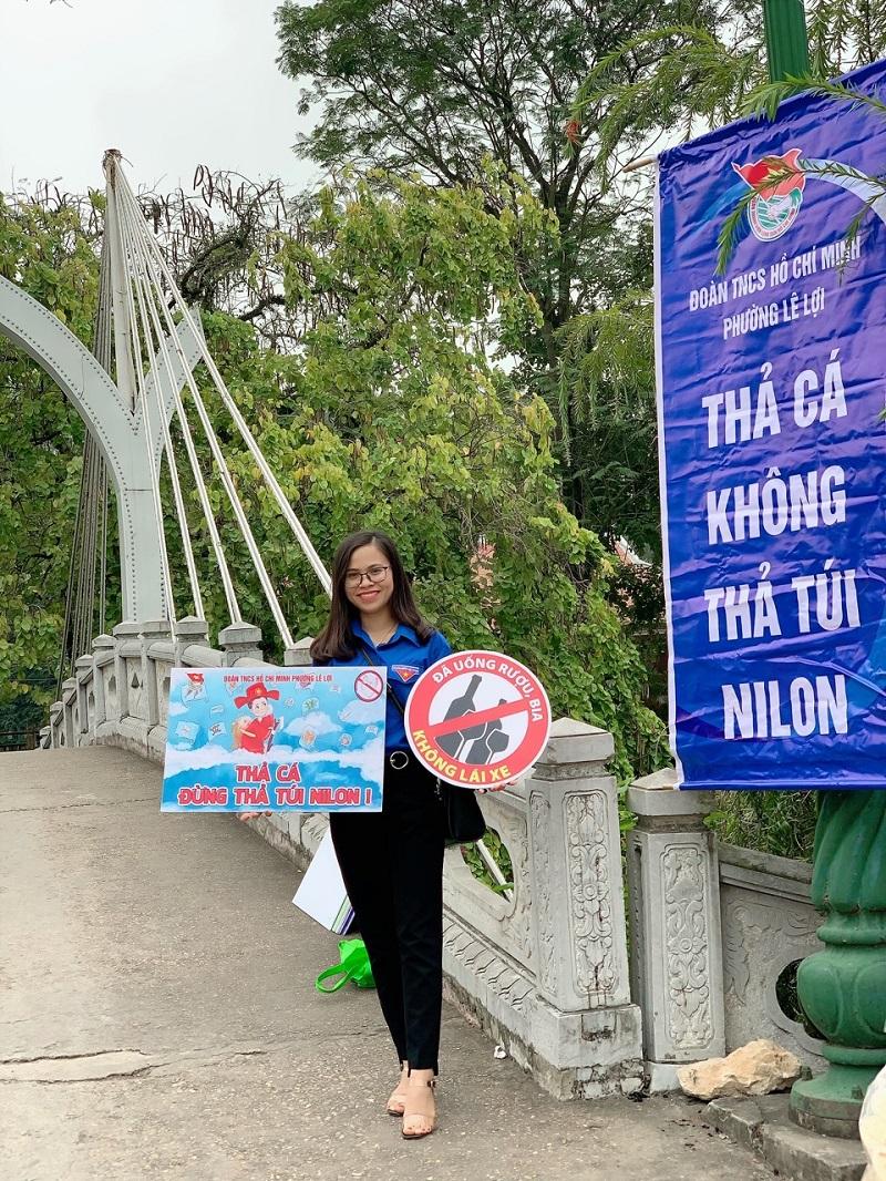 Nguyễn Thu Trang tuyên truyền về hạn chế rác thải nilon ra môi trường.