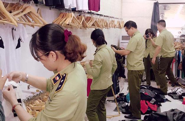 QLTT Hà Nội kiểm tra cửa hàng SIS Mai Linh số 3 Hàng Điếu, ngày 21/5.