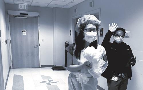 """Cô dâu Tsai trong """"chiếc váy cưới đặc biệt"""" bước ra từ phòng thay đồ"""