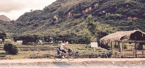 Đạp xe quanh các bản làng,  tận hưởng không khí trong lành  đã trở thành điều thú vị ở Mai Châu