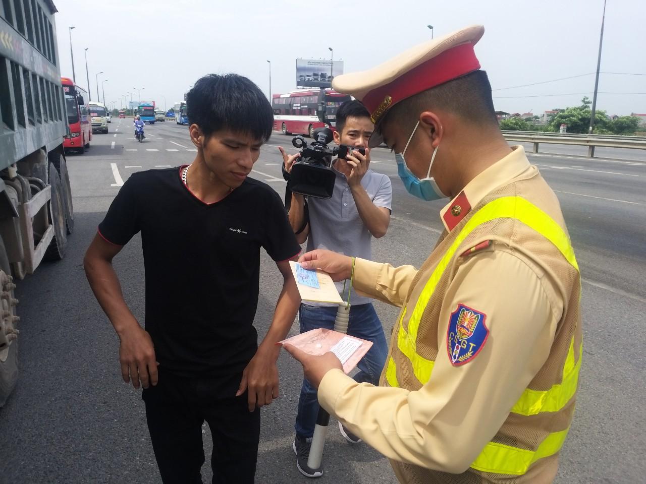 Tài xế xe khách vi phạm lỗi đón trả khách sai quy định, bị phạt 1.5 triệu đồng, tước bằng lái xe từ 1 đến 3 tháng