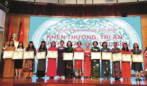 Đồng chí Lê Kim Anh - Chủ tịch Hội LHPN Hà Nội (thứ 5 từ phải  sang) vinh dự đại diện nhận Bằng khen của Trung ương Hội LHPN Việt Nam