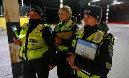 Cảnh sát Estonia tại biên giới giữa nước này và Latvia sau khi hai nước mở cửa biên gới - Ảnh: Reuters