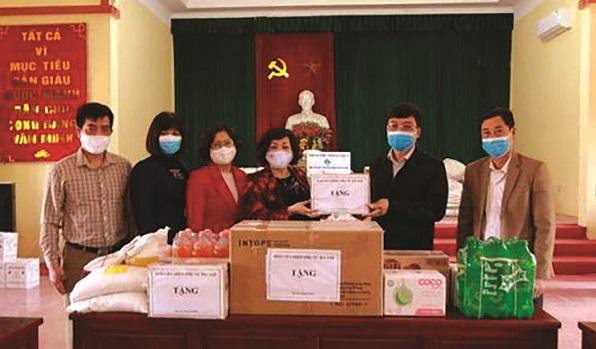 Đồng chí Lê Thị Thiên Hương, Phó Chủ tịch Hội LHPN Hà Nội gửi quà tới nhân dân thôn Đông Cứu và các lực lượng phòng chống dịch xã Dũng Tiến bị phong tỏa trong đại dịch Covid-19