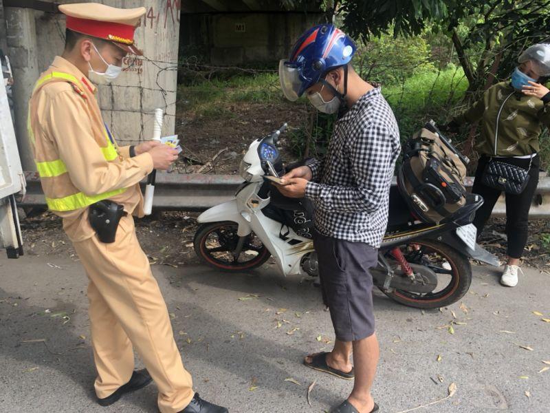 Tài xế xe tải này vi phạm lỗi để vật liệu rơi vãi trên đường, mới bị xử phạt vẫn đang bị giữ bằng, lần này lại vi phạm lỗi tương tự