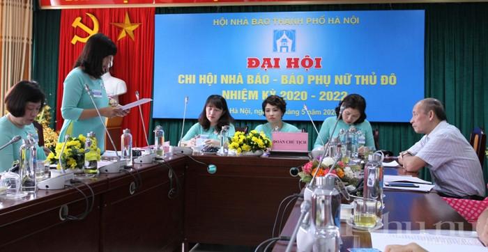 Nhà báo Lương Thị Khánh Thư - Phó ban Văn Xã (báo PNTĐ) trình bày tham luận tại đại hội về nội dung