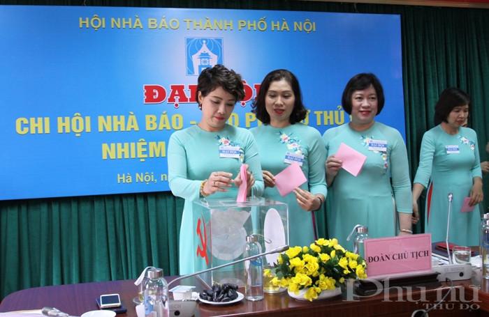 Hội viên Chi hội nhà báo báo Phụ nữ Thủ đô bỏ phiếu bầu Ban Thư ký Chi hội nhiệm kỳ 2020-2022.