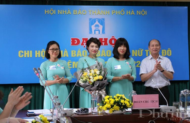 Nhà báo Kiều Thanh Hùng tặng hoa chúc mừng Ban Thư ký Chi hội nhà báo báo Phụ nữ Thủ đô nhiệm kỳ 2020-2022.