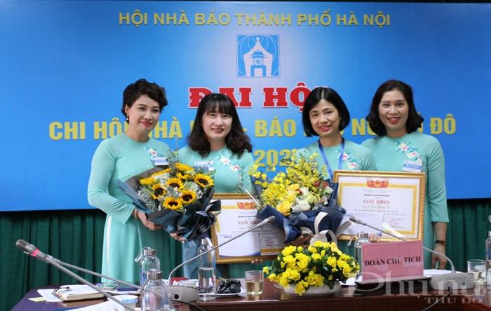 Tặng bằng khen của Hội NB Hà Nội cho các hội viên Chi hội báo PNTĐ có thành tích nổi bật trong nhiệm kỳ 2017-2020.