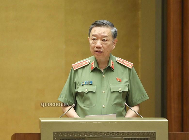 Bộ trưởng Bộ Công an Tô Lâm báo cáo Dự thảo Luật Cư trú (sửa dổi) tại kỳ họp thứ 9, Quốc hội khóa XIV.