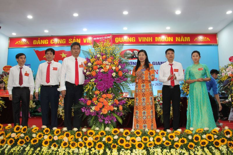 Đồng chí Nguyễn Lan Hương- Chủ tịch UB MTTQ Việt Nam thành phố Hà Nội tặng hoa chúc mừng đại hội