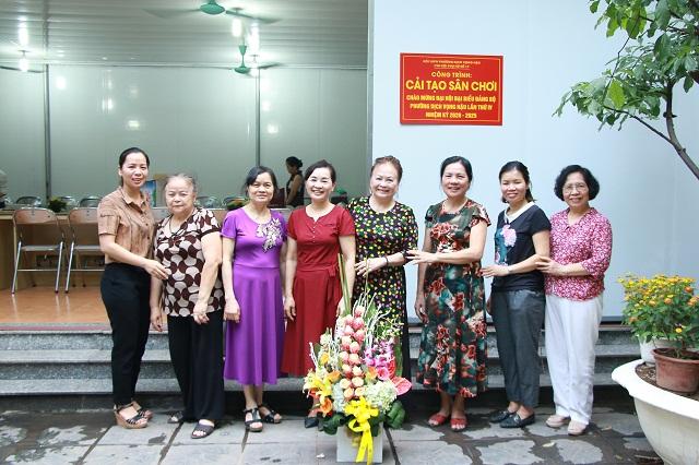 Công trình cải tạo sân chơi tổ dân phố số 17 có sự đóng góp lớn của các cán bộ, hội viên phụ nữ phường Dịch Vọng Hậu