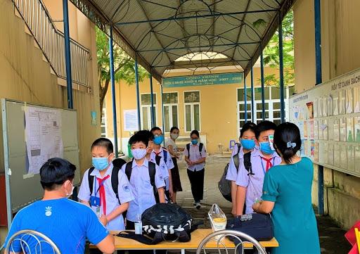 Thông tin học sinh trường THCS Lê Quý Đôn đợi bố mẹ dưới trời nắng nóng do cửa lớp bị khóa là không chính xác