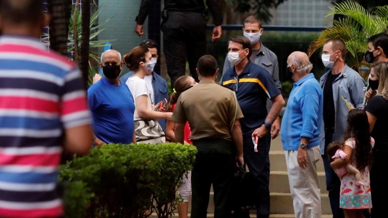 Tổng thống Brazil Jair Bolsonaro nói chuyện với những người ủng hộ trong bối cảnh dịch bệnh Covid-19 vẫn đang bùng phát, tại Brasíc (Brazil) ngày 23.5