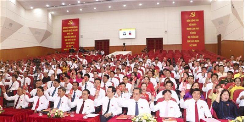 Các đại biểu tham dự đại hội biểu biểu  thông qua chương trình đại hội