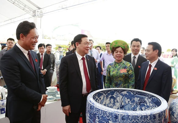 Đồng chí  Vương Đình Huệ- Bí thư thành ủy Hà Nội cùng các đại biểu  tham quan khu trưng bày sản phẩm của các làng nghề truyền thống trên địa bàn huyện Gia Lâm