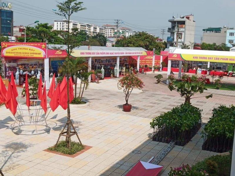 Đến dự Đại hội Đảng bộ huyện Gia Lâm các đại biểu được thăm quan khu trưng bày sản phẩm truyền thống của các làng nghề địa phương