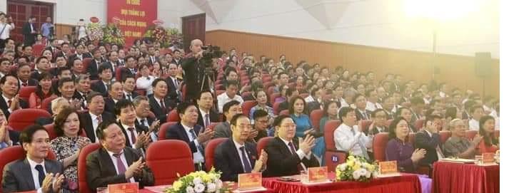 Các đại biểu lãnh đạo thành phố Hà Nội và đảng viên tham  dự đại hội.