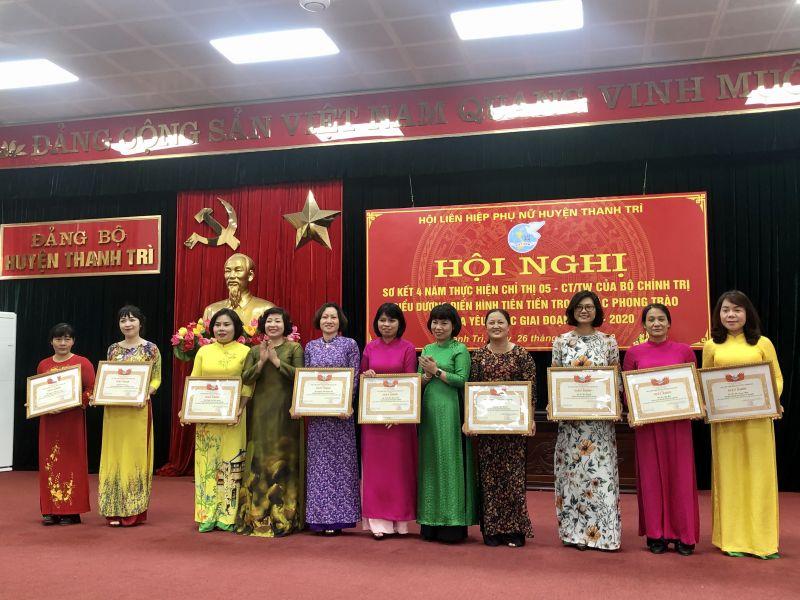 Đ/c Lê Thị Thiên Hương (thứ 4 từ trái qua) trao Bằng khen cho các tập thể điển hình tiên tiến trong các phong trào thi đua yêu nước giai đoạn 2015 - 2020