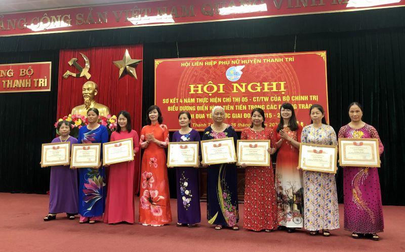 Đ/c Trần Thị Vân (thứ 4 từ trái qua) - Chủ tịch Hội LHPN huyện Thanh Trì trao Bằng khen cho các cá nhân điển hình tiên tiến trong các phong trào thi đua yêu nước giai đoạn 2015 - 2020.
