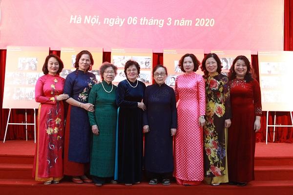 Bà Phạn Thị Lời, nguyên Phó Chủ tịch Hội LHPN Hà Nội (thứ hai từ phải qua) cùng các thế hệ lãnh đạo Hội qua các thời kỳ tham dự Hội nghị Ba đảm đang do Hội LHPN Hà Nội tổ chức