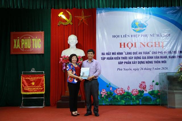 Hội LHPN Hà Nội trao tặng Ban điều hành mô hình số tiền 5 triệu đồng