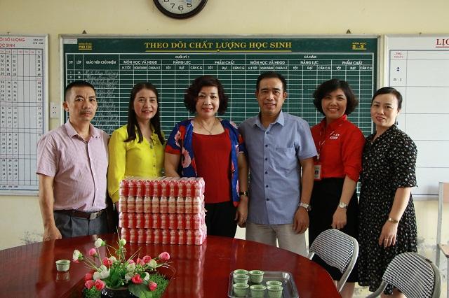Đoàn trao tặng tượng trưng sữa uống Yakult cho gần 700 học sinh tại trường tiểu học Phú Túc