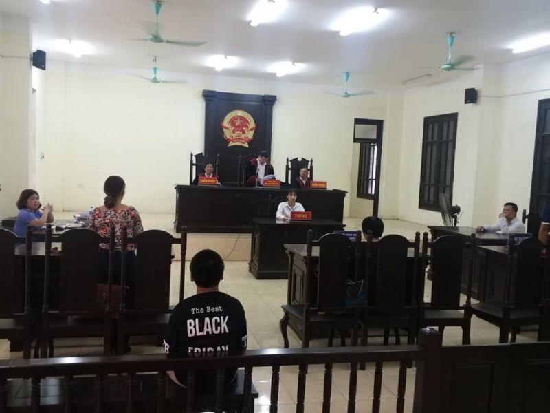 Chủ tọa phiên tòa Nguyễn Kim Ái tuyên người cha bạo hành bị tước quyền nuôi con