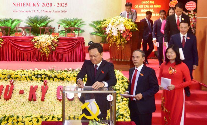 Các đại biểu tiến hành bầu BCH và bầu trực tiếp Bí thư huyện ủy