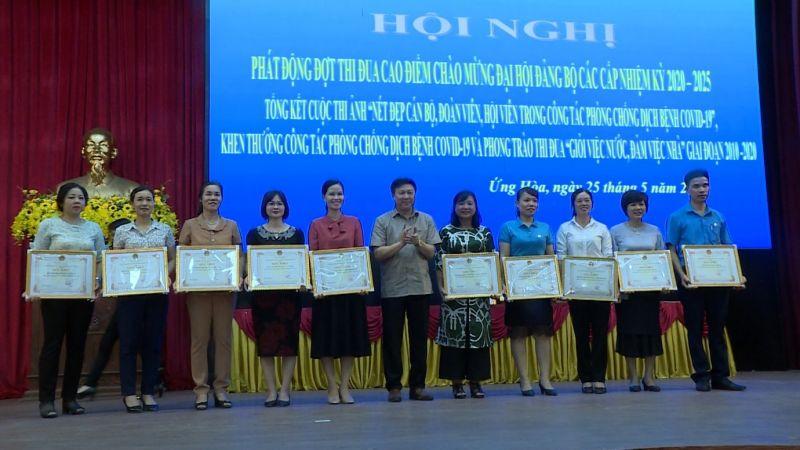 Đại diện 35 tập thể và 34 cá nhân được biểu dương, khen thưởng sắc trong công tác phòng chống dịch bệnh Covid – 19 (Ảnh: Huy Nguyện)