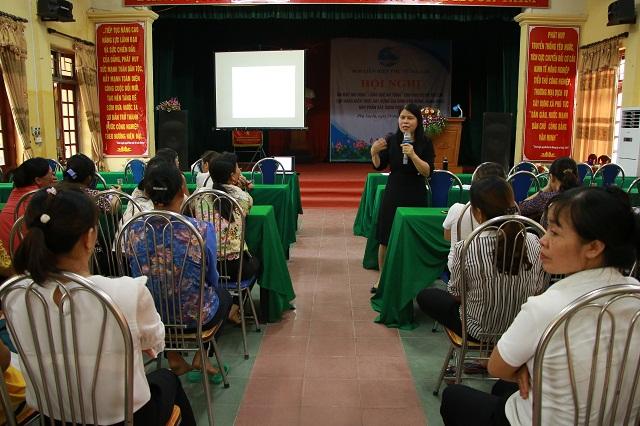 Các thành viên mô hình tập huấn kiến thức xây dựng gia đình văn minh, hạnh phúc góp phần xây dựng nông thôn mới dưới sự trình bày của  đồng chí Nguyễn Thị Tuyết Mai, Trưởng Ban Gia đình-Xã hội, Hội LHPN Việt Nam