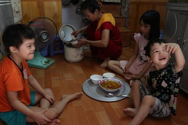 Bữa cơm của gia đình bà Ly chẳng có gì ngoài bát canh bí đỏ