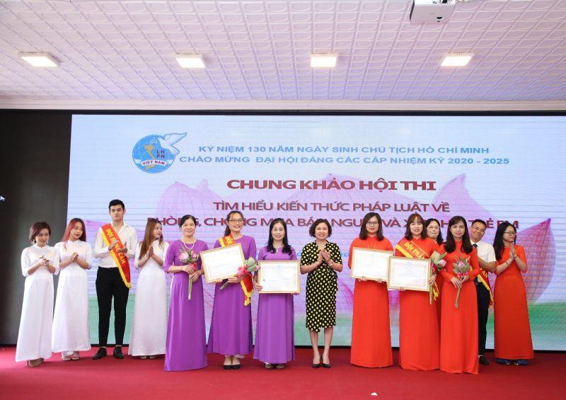 Ban Giám khảo trao giải cho các đội thi