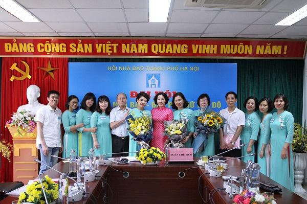 Nhà báo Kiều Thanh Hùng và đồng chí Lê Kim Anh tặng hoa chúc mừng Đại hội Chi hội thành công tốt đẹp