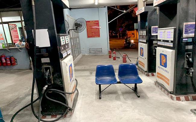 Cơ quan chức năng phát hiện vẫn còn 20.000 lít xăng trong bồn chứa tại Cửa hàng xăng dầu số ll (Đống Đa, Hà Nội) nhưng nhân viên không chịu bán cho khách