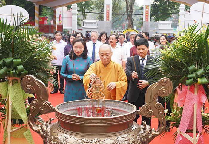 Đại biểu dâng hương trước buổi lễ