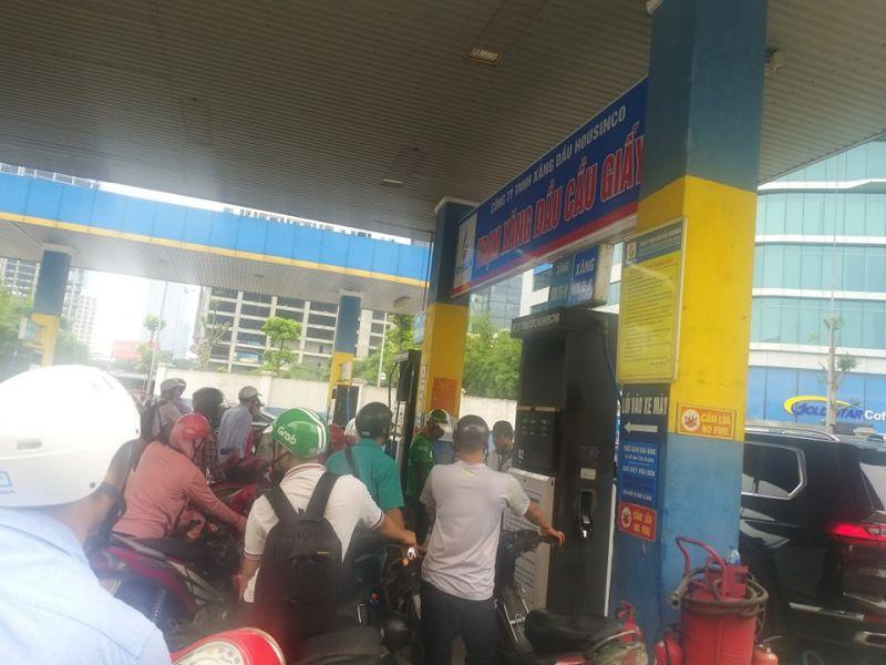 Cửa hàng xăng dầu thuộc Công ty TNHH Xăng dầu Housinco) trên đường Dương Đình Nghệ, Quận Cầu Giấy khống chế xe máy chỉ được phép đổ không quá 30.000 đồng/lần vào sáng 27/5/2020