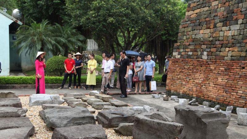 Du khách tham quan tại Hoàng thành Thăng Long