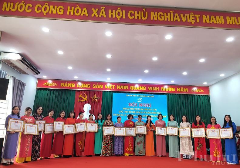 Hội LHPN quận khen thưởng các tập thể  chi hội đã có thành tích trong thực hiện hỗ trợ phụ nữ khởi nghiệp